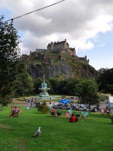 Edinburghin linnapihan maisema pilvisenä päivänä.