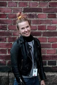 Kuvassa vaaleahiuksinen nainen hymyilee.