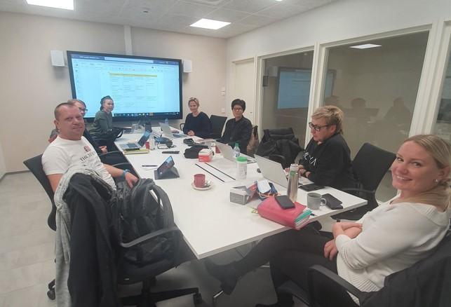 NOPO-hankkeen toimijat, 7 henkilöä, istumassa pitkän pöydän ääressä