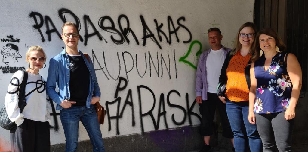 NOPO-työryhmän viisi jäsentä seisovat vierekkäin Oulussa kadulla.