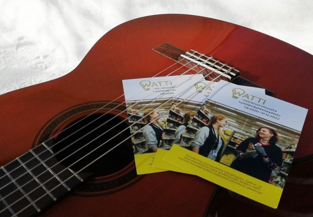 WATTI-hankkeen esitelehtiset ja kitara.