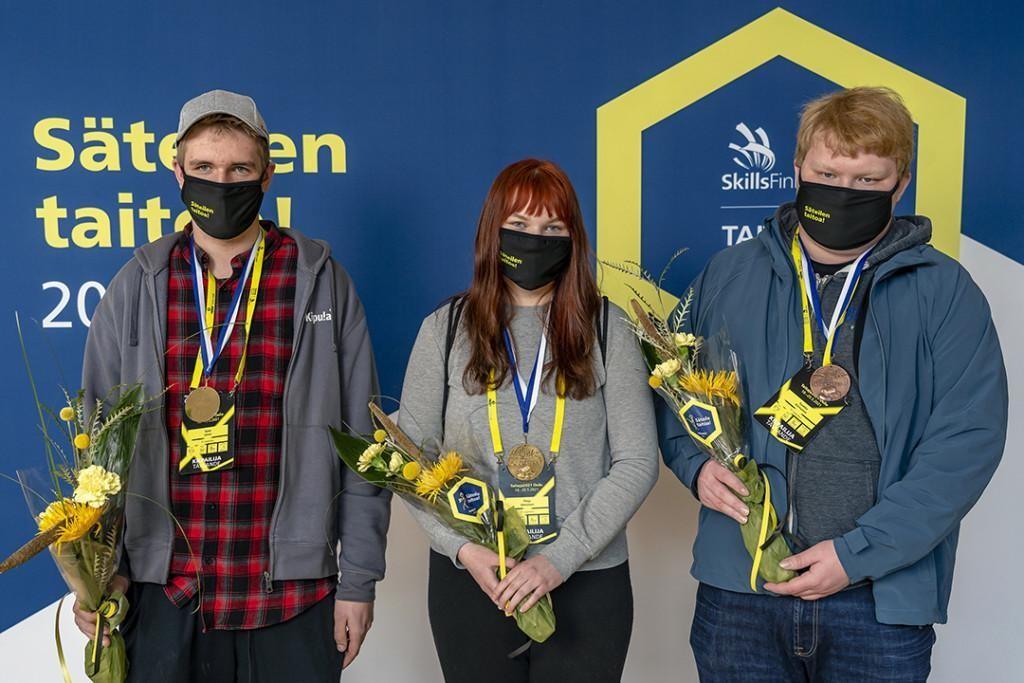 Logistiikan voittajat Pinja Immonen, Sami Leino ja Tuukka Kinnunen.