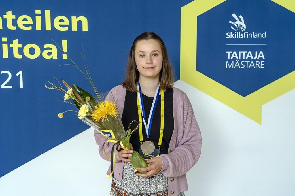 Heidi Halonen sijoittui toiseksi liiketoiminnan kisassa ja sai hopeaa.