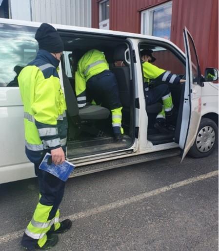 Opiskelijat menossa Luovin pakettiauton sisälle työvaatteissaan
