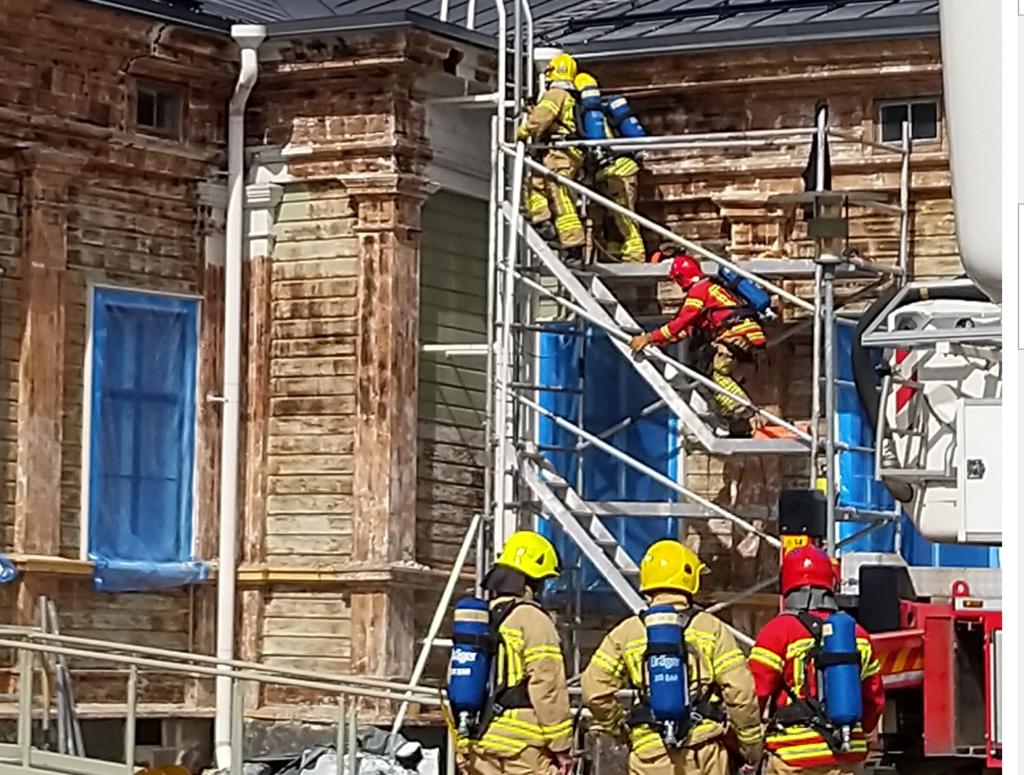 Pelastajia kiipeämässä rakennuksen katolle