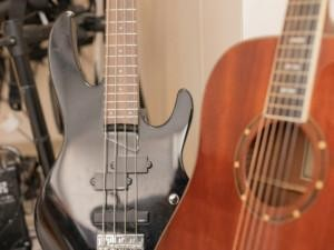 Lähikuva sähkö- ja akustistisesta kitarasta